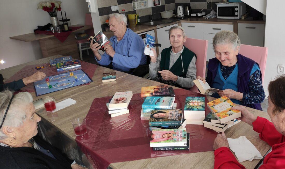 Korisnici domova za starije ugodno su se iznenadili zabavnim paketom knjiga i društvenih igara